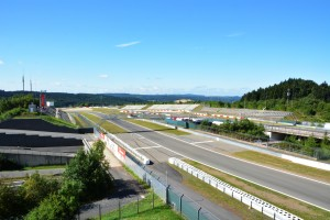Nürburgring Grand Prix Strecke: Blick von der Mercedes Tribüne